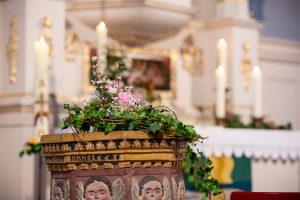 Blumen und Taufbecken - Kirche Barfelde